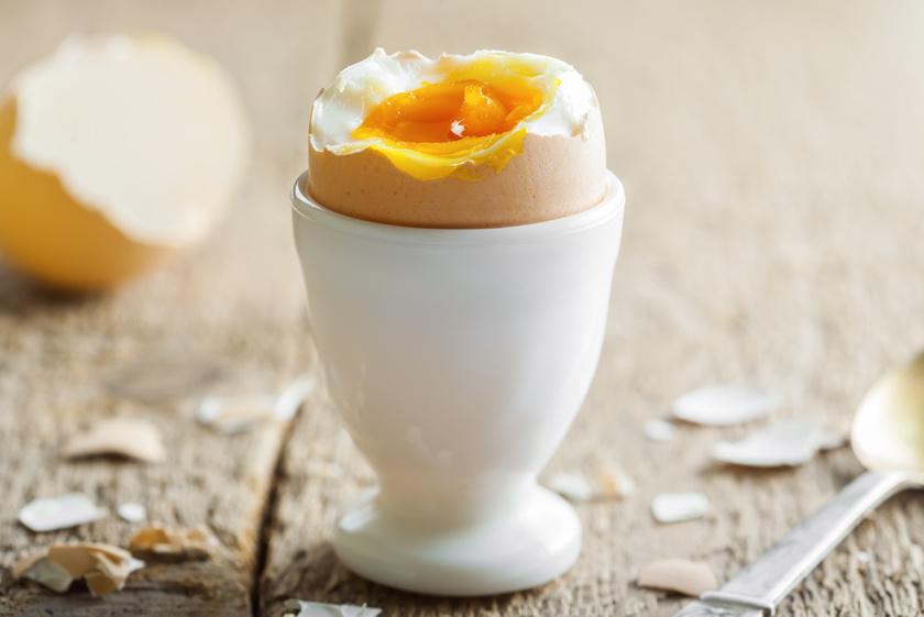A tojás magas koleszterintartalma ellenére rendkívül egészséges, a HDL-koleszterin szintjét is emeli, így az arányt nem bontja meg, emellett van benne sok egyéb mellett szelén és szívvédő omega-3 zsírsav is.