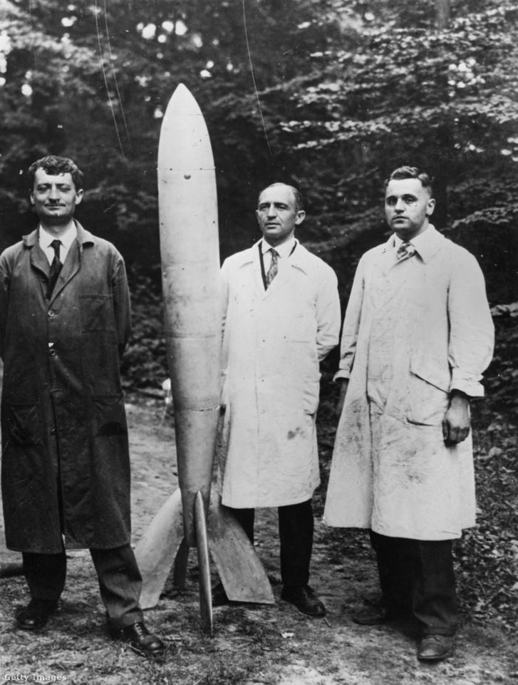 A német Oberth professor és két munkatársa az első működő rakétapostával a Jungerheide kutatóállomáson. A szerkezet Berlinből New Yorkba 24 perc alatt szállított volna leveleket, és 100 km-re emelkedett volna a sztratoszférába. A rakéta a V-2 előfutára volt.
