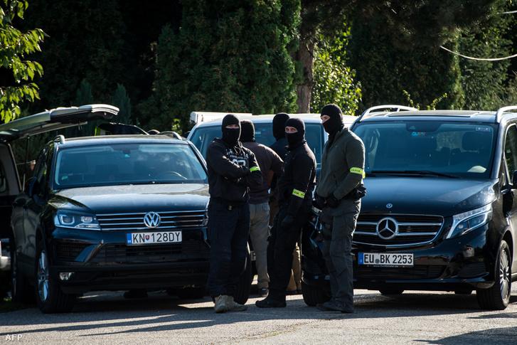 A rendőrség házkutatást tart az egyik gyanúsított házában Koralóvóban, 2018. szeptember 27-én