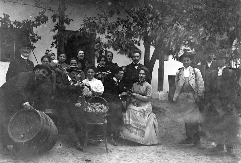 Pihenés a szüret után Bicskén, 1903-ban.