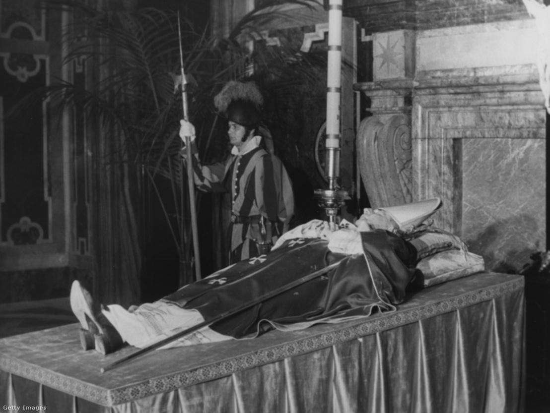A pápa ravatala a Szent Péter Bazilikában
