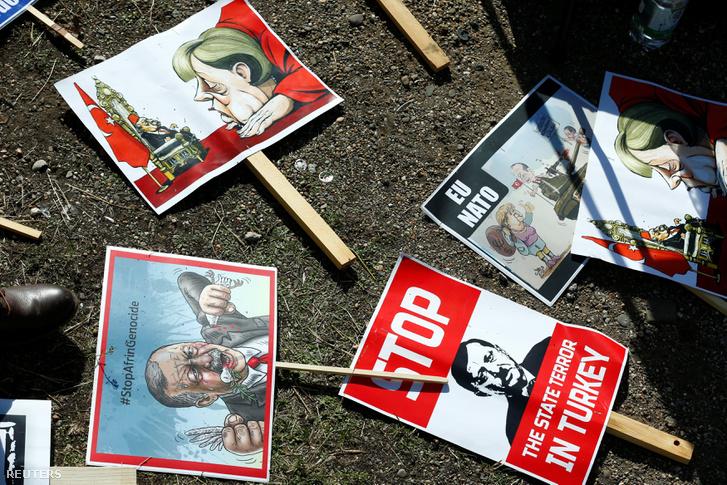 Plakátok kölni tüntetésen, amelyek Tayyip Recep Erdogant és Angela Merkelt ábrázolják 2018. szeptember 29-én