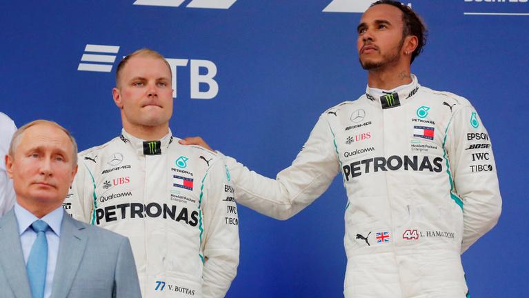 Hamilton-előzés és Mercedes-helycsere az Orosz GP-n