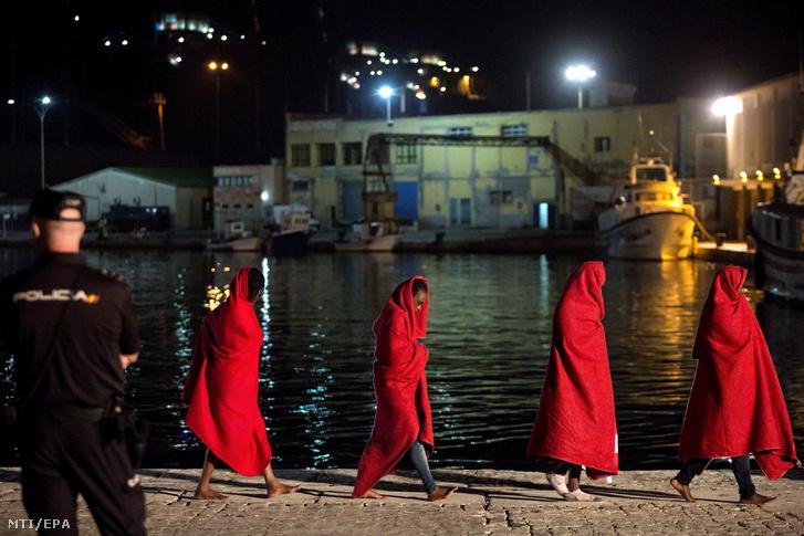 Illlegális bevándorlók érkeznek a dél-spanyolországi Málaga kikötőjébe 2019. szeptember 19-én, miután a spanyol tengeri mentőszolgálat hajója a fedélzetre vette őket süllyedő csónakjukból a marokkói partok közelében.
