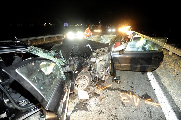 Összeroncsolódott személyautók az 1-es főút és az M0-s autóút csomópontjában, az M0-ásra vezető ágon Törökbálint közelében 2018. szeptember 30-án este.