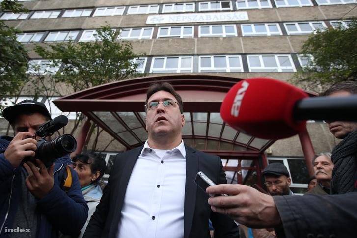 Murányi András, ekkor még a Népszabadság főszerkesztőjeként a napilap Bécsi úti székházánál 2016. október 10-én.
