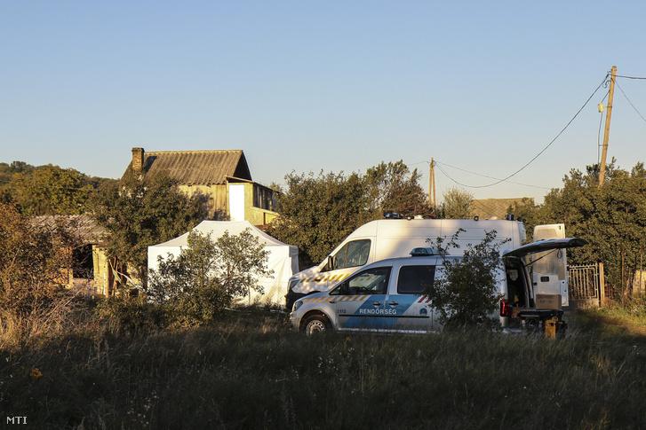 Rendőrségi járművek a gyilkosság helyszínén 2018. szeptember 28-án.