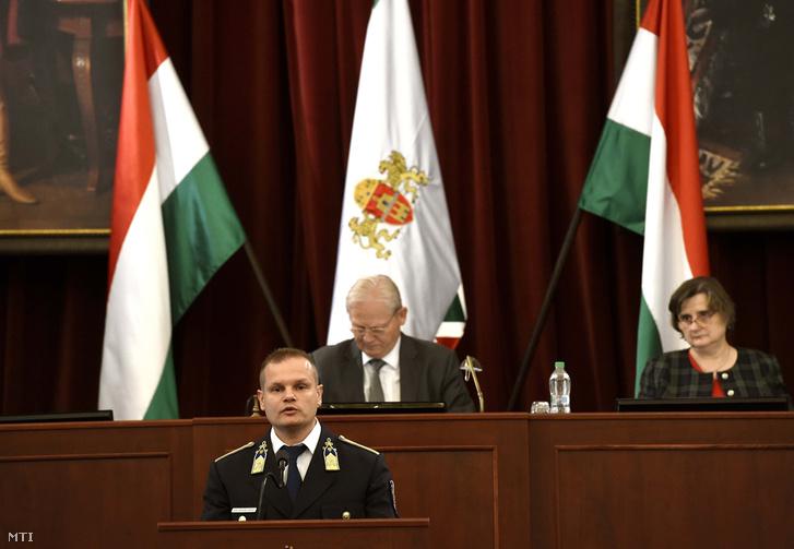 Terdik Tamás Budapest rendőrfőkapitány-jelöltje (k) beszél a Fővárosi Közgyűlés ülésén a Városházán 2018. szeptember 26-án. Mögötte Tarlós István főpolgármester és Sárádi Kálmánné főjegyző.
