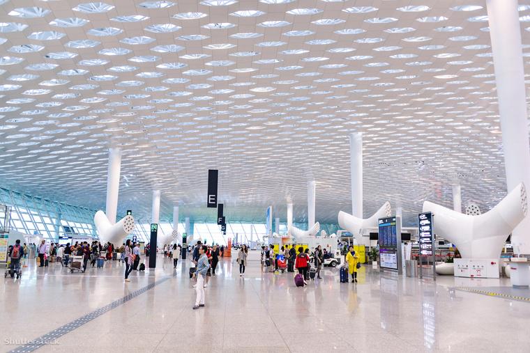 A kínai Shenzhen Bao'an Nemzetközi Repülőtér hármas terminálja egy valóságos méhkaptárt idéz a lépre emlékeztető plafonjával