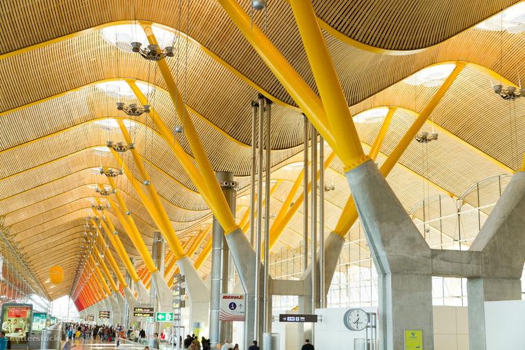 A Buisness Insider gyűjtéséből elhoztuk a legszebb repterek tízes listáját, melyről nem hiányozhatott a Madrid-Barajasi nemzetközi repülőtér, ami 1933-ban indította el első kereskedelmi járatait