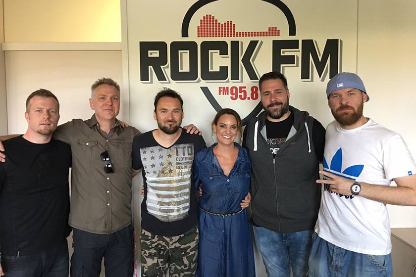 Bella Levente az együttesével és a Rock FM két műsorvezetőjével, Kiss Orsolyával és Bűdi Szilárddal.