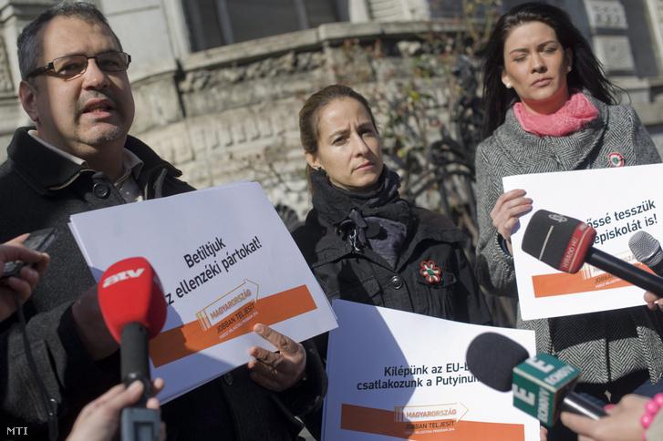 Arató Gergely, a Demokratikus Koalíció Országos Tanácsának elnöke beszél a Fidesz Lendvai utcai székháza előtt tartott sajtótájékoztatón 2014. március 16-án.