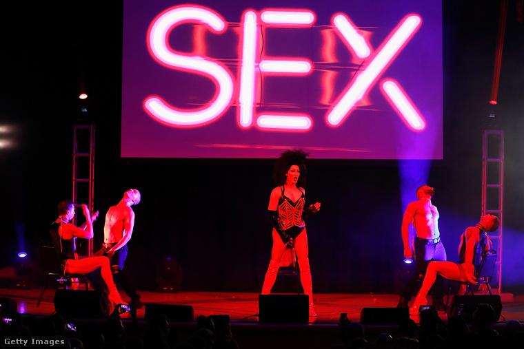 Még egy kép a Drag Con bulijából: itt Detox számából láthatunk egy jelenetet