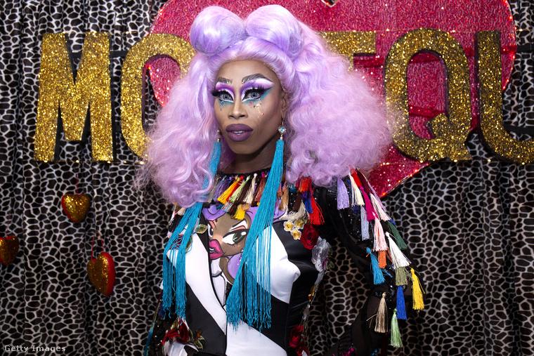 Monique Heart fülbevalói a melle alá lógnak.