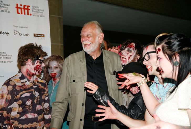 George A. Romero rendező zombirajongókkal a Survival Of The Dead című filmjének 2009-es vetítése előtt.