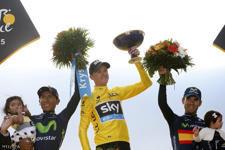 A második helyezett kolumbiai Alexander Nairo Quintana a győztes brit Christopher Froome és a harmadik helyezett spanyol Alejandro Valverde a 102. Tour de France eredményhirdetésén 2015. július 26-án.