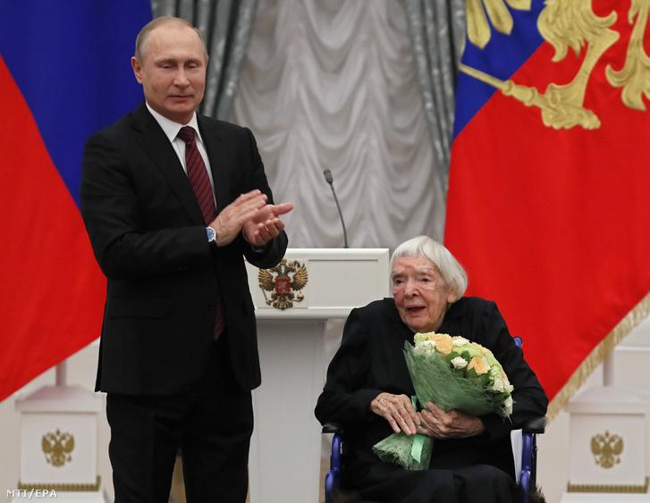 Vlagyimir Putyin orosz elnök (b) megtapsolja Ljudmila Alekszejeva orosz emberi jogi aktivistát a Moszkvai Helsinki Csoport alapító elnökét az emberi jogok terén elért kiemelkedő teljesítményért járó állami elismerés átadási ünnepségén Moszkvában 2017. december 18-án.