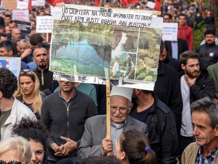 A Hashim Thaci koszovói elnök elleni tüntetés résztvevői Pristinában 2018. szeptember 29-én. Több ezren vonultak azt utcákra Pristinában a Szerbiával folytatott, szerintük eredménytelen területcserékkel kapcsolatos tárgyalások megszakítását követelve Hashim Thaci koszovói elnöktől.