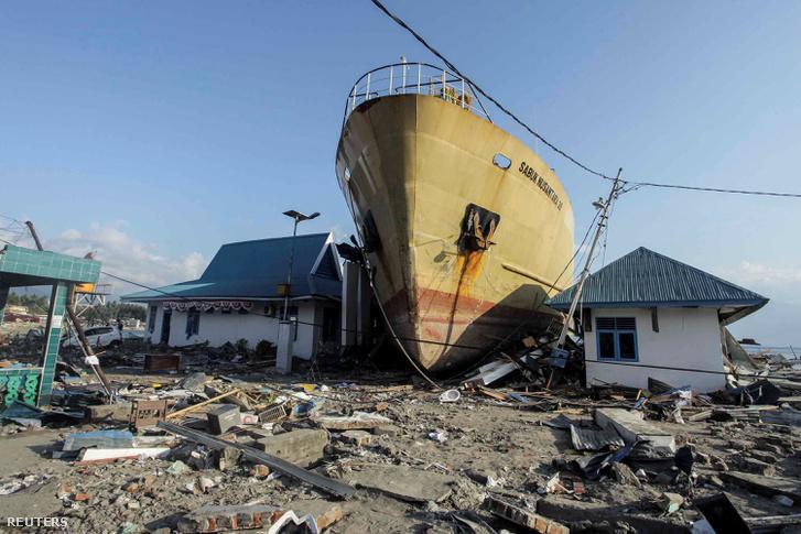 A celebeszi földrengést követő szökőár által partra sodort hajó Donggalában