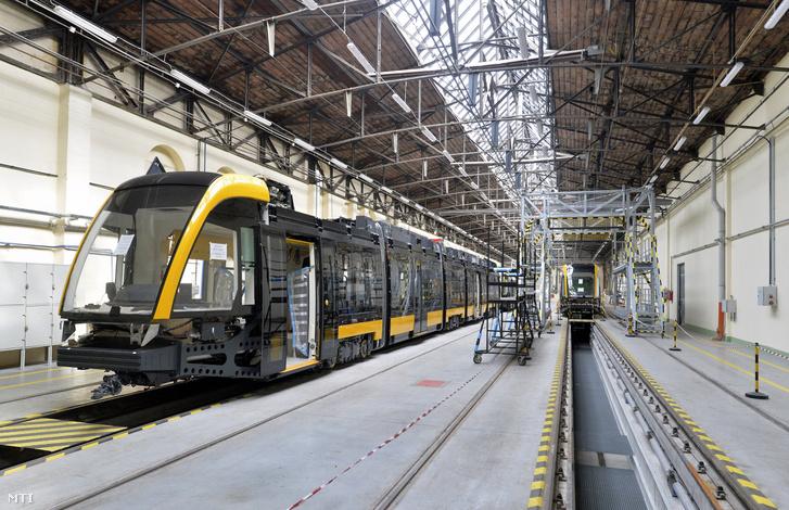 Összeszerelés alatt álló CAF-villamosok a Dunakeszi Járműjavító üzemcsarnokában 2016. augusztus 18-án.