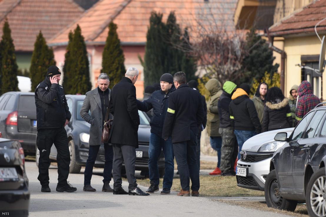 Rendőrök a kettős gyilkosság helyszíne előtt Nagymácsédban (Velka Maca) 2018. február 26-án, miután az előző éjjel a falubeli otthonában megtalálták Ján Kuciak szlovák tényfeltáró újságíró és élettársa holttestét.