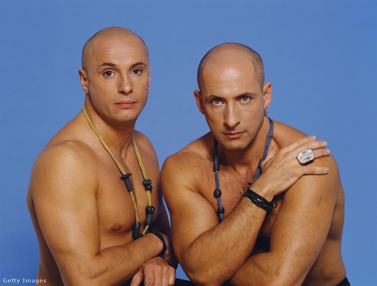 Most már eláruljuk: a Right Said Fred nevű együttesről van szó, ők az I'm Too Sexy című számról ismertek, és a két testvéren, Fred és Richard Fairbrassen kívül akkoriban volt még egy harmadik tagja a zenekarnak, Rob Manzoli gitáros, aki 1997-ben lelépett.