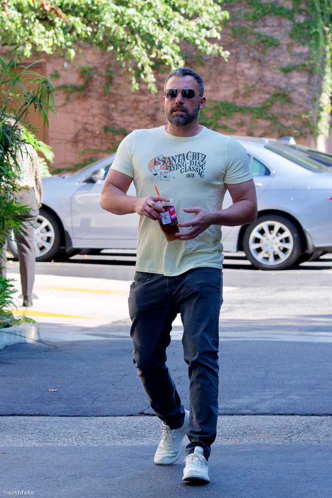 Affleck egyébkén alkoholproblémái miatt most harmadszor jár elvonón, korábban 2001-ben és 2017-ben vonult be rehabra