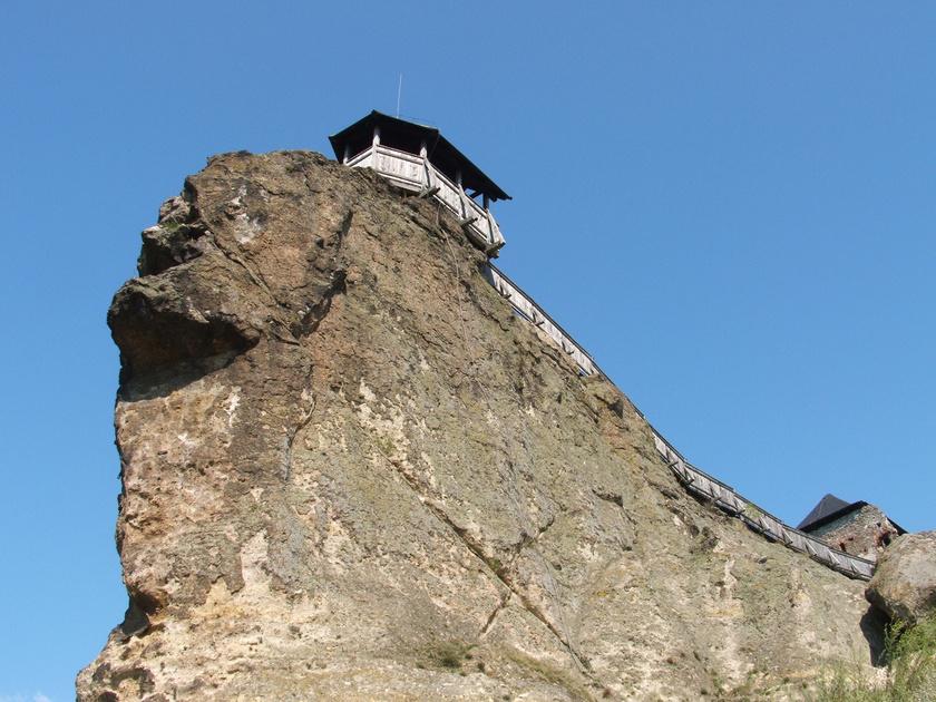 Az őrtorony a masszív, tufás sziklagerincre épült fel, melyet különleges alakja miatt a kirándulók gyakran szfinxnek neveznek.