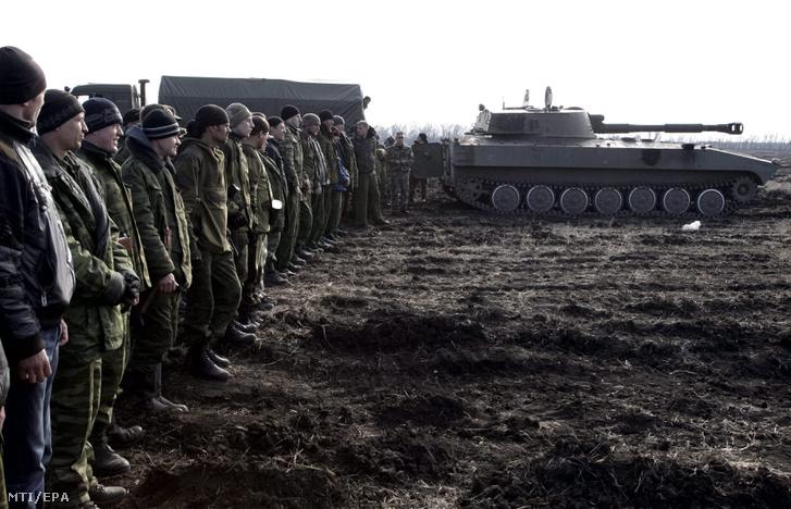 Oroszbarát szakadárok gyakorlatozáson vesznek részt a kelet-ukrajnai Donyeck közelében 2015. március 27-én.
