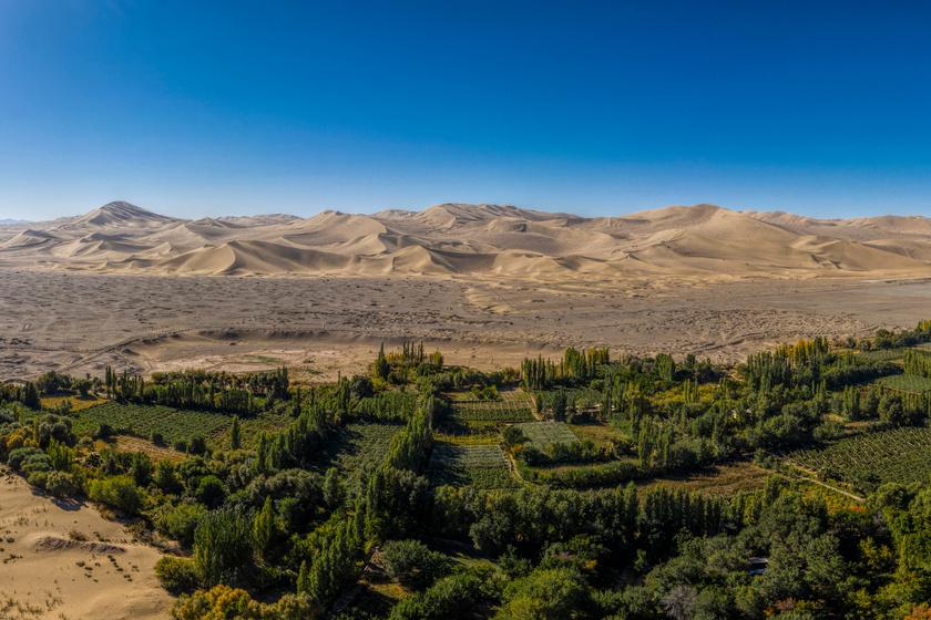 Tunhuang megyei szintű város a Góbi-sivatag szélén, a kínai Kanszu tartomány nyugati felén.