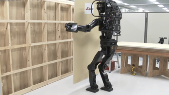 Egyedül épít falat a japán robot