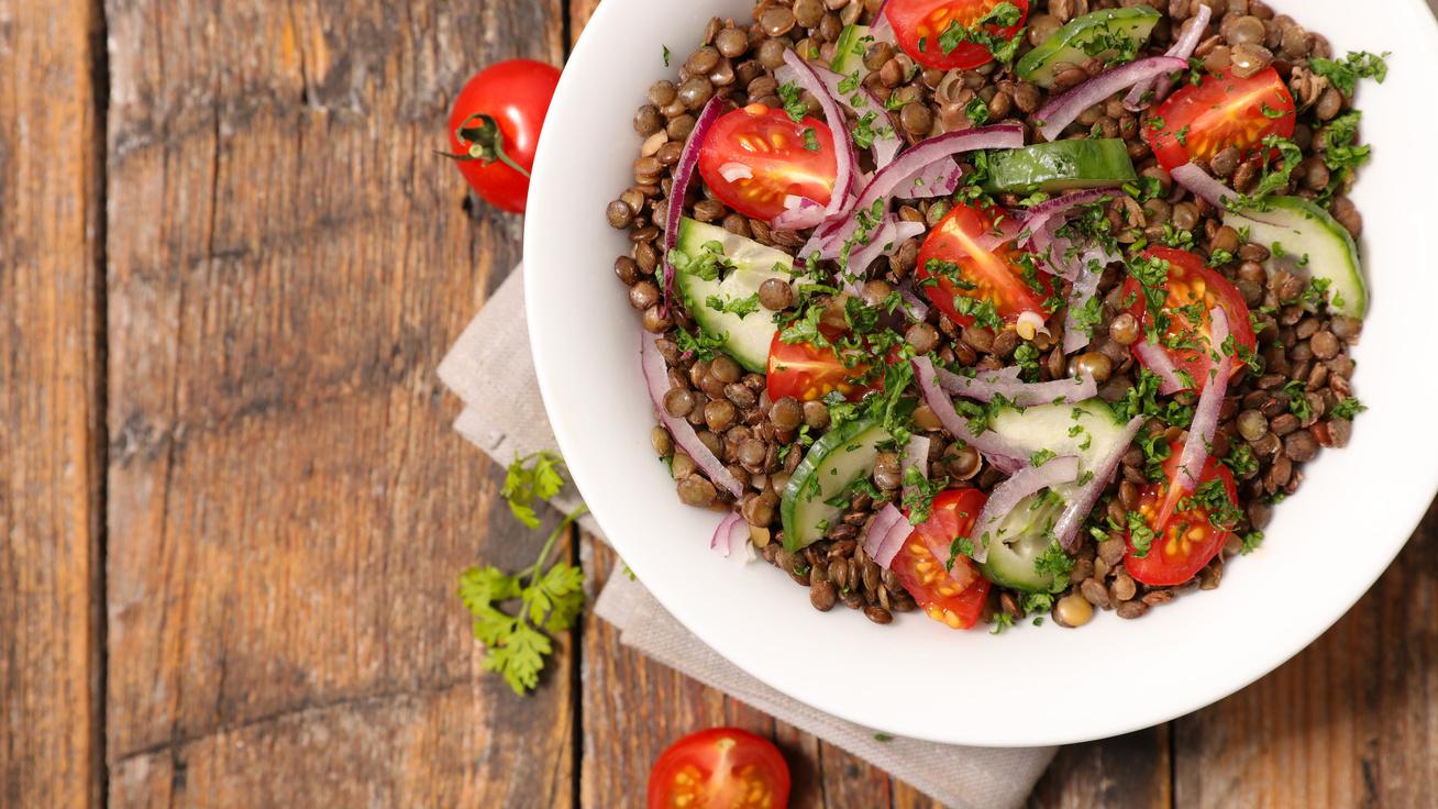 Ízletes lencsesaláta pillanatok alatt: önmagában és sült hússal is finom