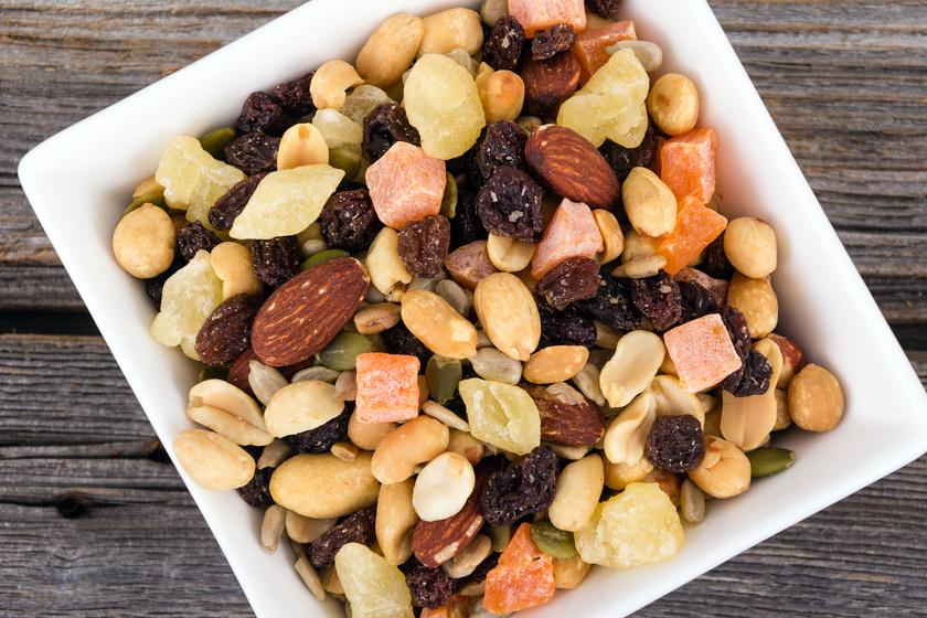 A diákcsemege különböző olajos magvakat és aszalt gyümölcsöket tartalmaz. Válassz olyat, melyben több a mandula és a pisztácia, mert ezeken keresztül veheted magadhoz a legtöbb fehérjét.