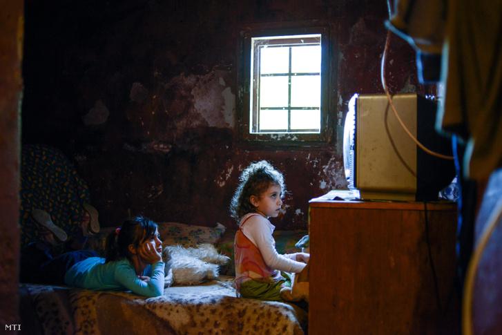 Gyerekek tévét néznek egy budapesti önkormányzati szükséglakásban 2014. május 20-án.