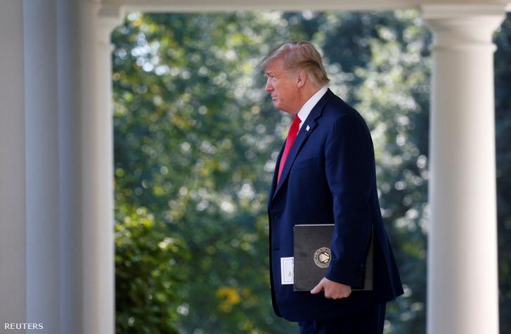 Donald Trump érkezik az USA–Mexikó–Kanada Egyezménnyel (USMCA) kapcsolatos sajtótájékoztatóra 2018. október 1-én.
