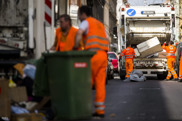A Fővárosi Közterület-fenntartó Zrt. (FKF) munkatársai begyűjtik és elszállítják a lomtalanításkor keletkezett hulladékokat a VIII. kerületi Lujza utcában 2015. március 26-án.