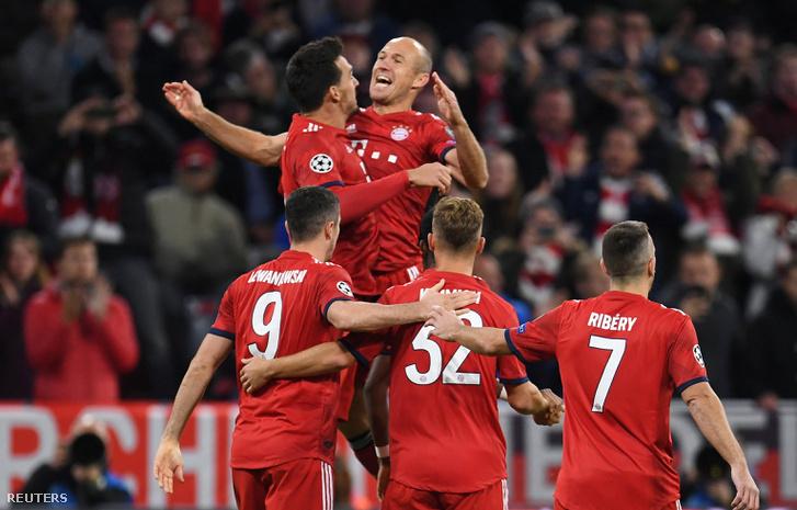 A Bayern játékosai ünnepelnek a gól után.