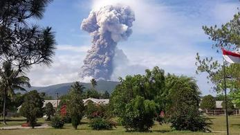 Négy kilométeres füstfelhő kíséretében tört ki a Soputan vulkán