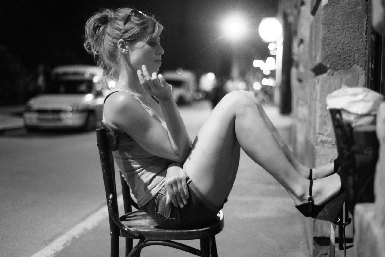 """""""A szituációra emlékszem, de abban már nem vagyok biztos, hogy ez a lány egyedül ült vagy valakivel beszélgetett. Nem is ez a lényeg. Én azt az egy-két pillanatot keresem, amikor az emberek nem figyelnek magukra és önazonosak."""""""