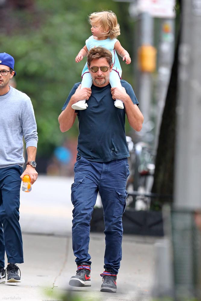 Bizony, ön most Bradley Coopert és a lassan másféléves kislányát, Lea de Seine-t látja közeledni