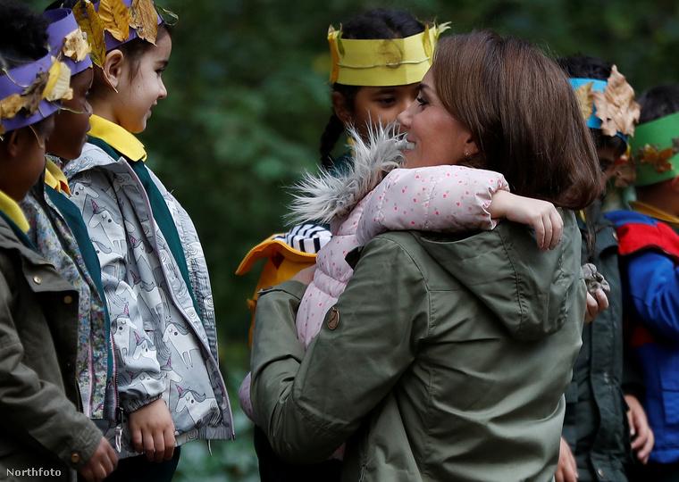 A hercegné Londonban látogatott meg egy kisiskolás csoportot, akikkel mindenféle kültéri programon vett részt, például készítettek levelekből koronát...