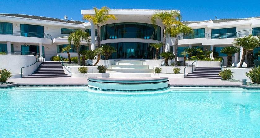 Ilyen házat csak a filmekben látni - igazi trópusi hangulatú luxusvillában lakott a színész.