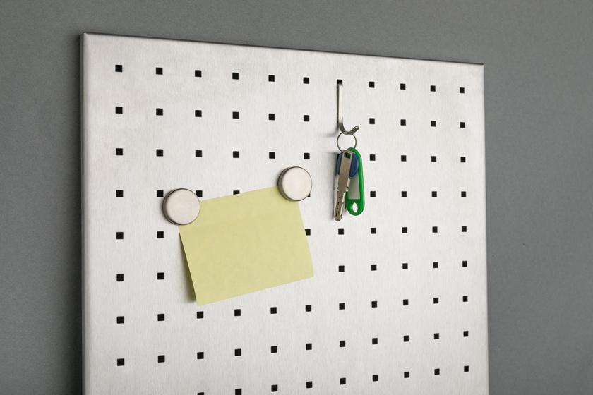 Ha mindig a helyére teszed a kulcsot és a slusszkulcsot, amikor hazaérsz, nem kell majd reggelente feltúrnod utánuk a lakást. Ezzel nemcsak az idegeskedést spórolod meg, hanem a takarítást is.