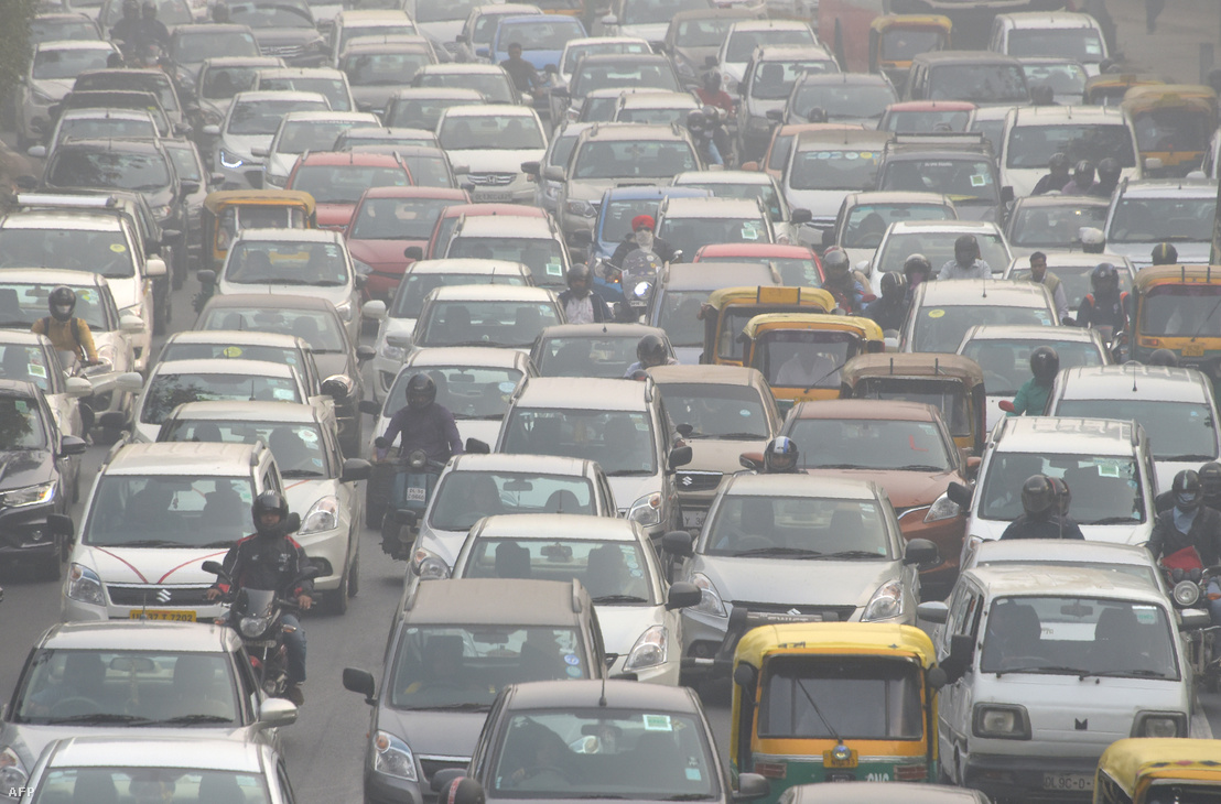 Autós forgalom Új-Delhiben 2017. november 14-én. Új-Delhiben és Észak-India több városában 2017. őszén egészségügyi vészhelyzetet jelentettek a szmog miatt, a hatóságok egy időre bezárták az iskolákat és ideiglenesen kitiltották a teherautókat városokból.