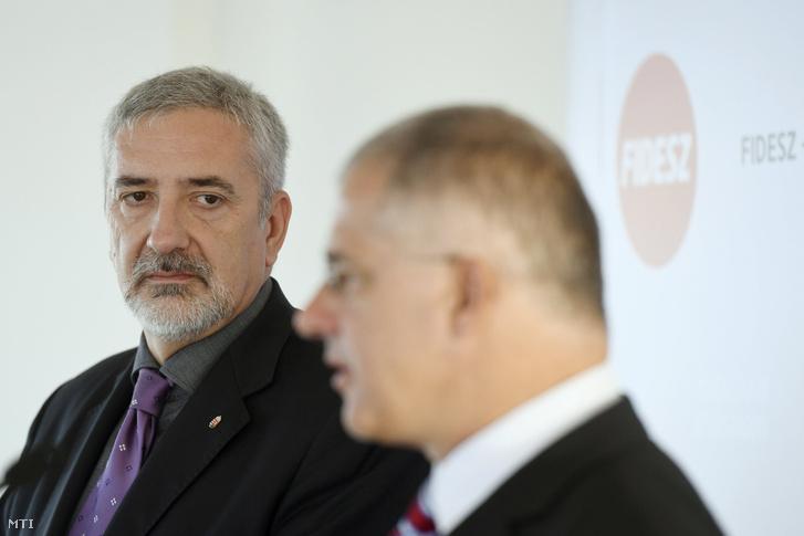 Halász János, a Fidesz-frakció szóvivője (b) és Kósa Lajos, a Fidesz frakcióvezetője (j)