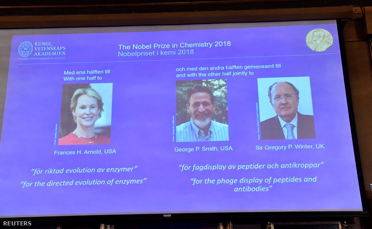 2018 kémiai Nobel-díjasok a kijelzőn: az amerikai Frances H. Arnold és George P. Smith, valamint a brit Gregory P. Winter, Stockholm, 2018. október 3.