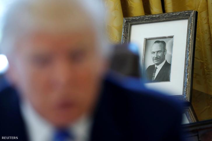 Donald Trump édesapjának képe az Ovális Irodában, Fehér Ház, Washington 2017. február 23.