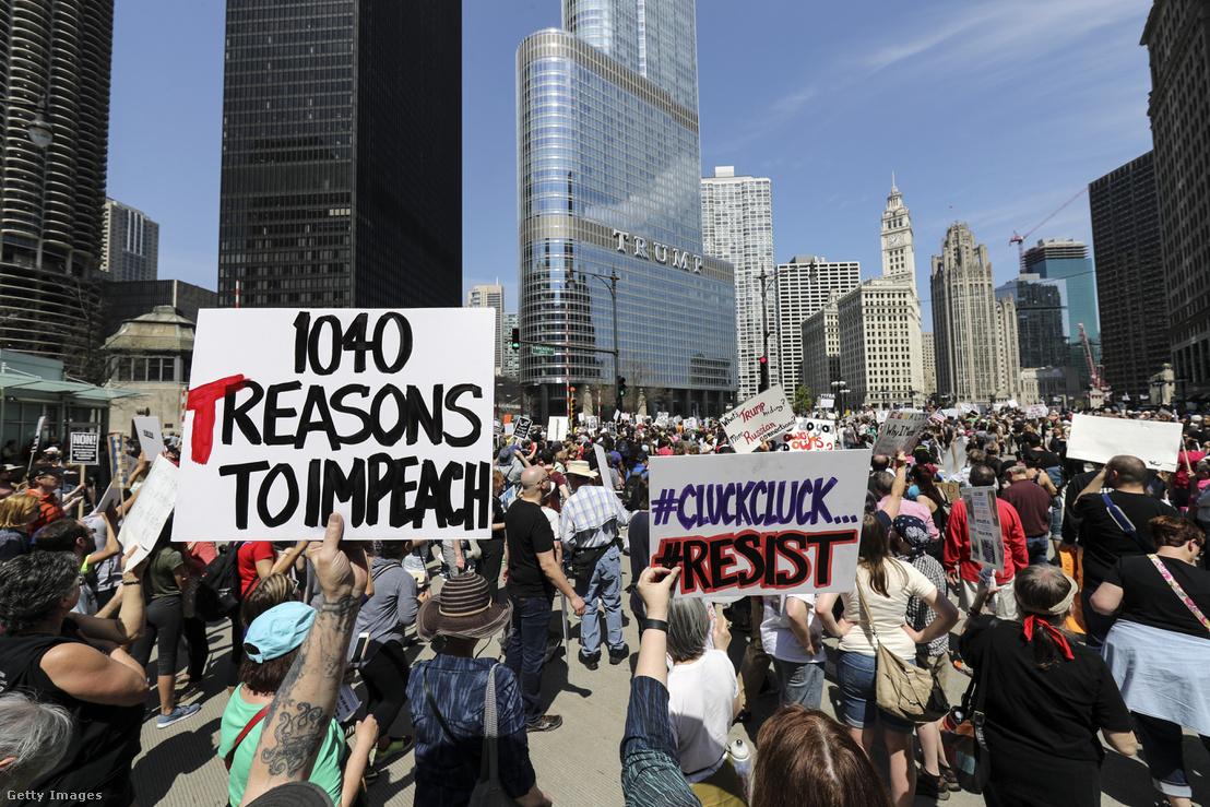 Tüntetés résztvevői azt követelik Donald Trumptól, hogy adja közre adóbevállását Chicago, Illinois, Egyesül Államok 2017. április 15.