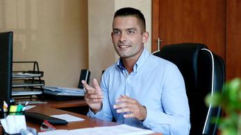 Tiszafüreden egyetlen felújított önkormányzati lakás van, és azt pont a fideszes polgármester családja kapta meg