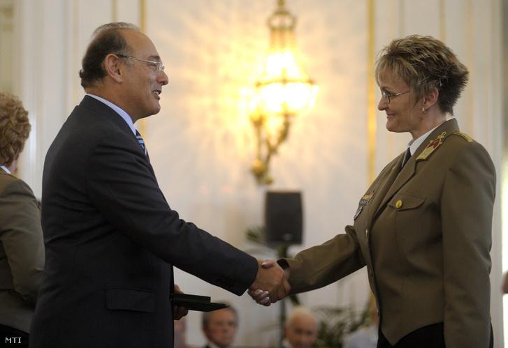 2009. május 20. Szekeres Imre honvédelmi miniszter (b) átadja a Szolgálati Érdemjel ezüst fokozatát Muzsay Ildikó ezredesnek